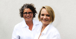 Annett and Sandra Schaper, proprietors of brand agency Menori Design from Hamburg and New York. Annett und Sandra Schaper, Inhaberinnen der Markenagentur Menori Design aus Hamburg und New York.